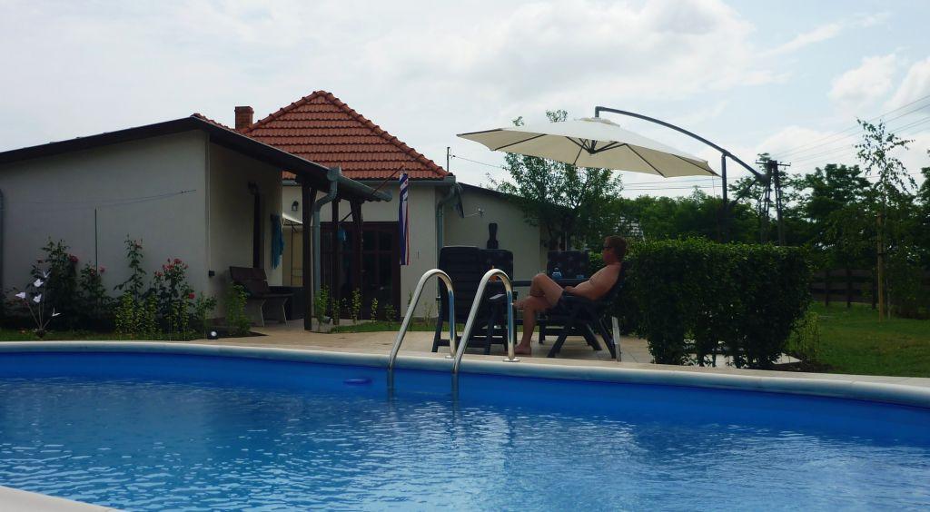 genieten bij het zwembad
